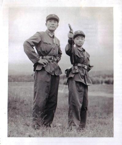 Jin (à direita) treinando para ser soldado no Exército do Povo aos 9 anos. Crédito: hollywoodreporter.com