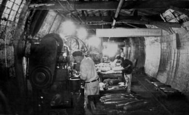 Fábricas também foram montadas dentro de túneis nas colinas e montanhas. Crédito: CEPS-Brasil.