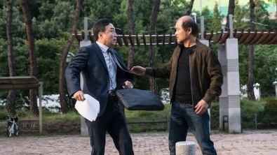 Kim Sang (dir.) interpreta o detetive Jae Yeob. Crédito: VCinema.