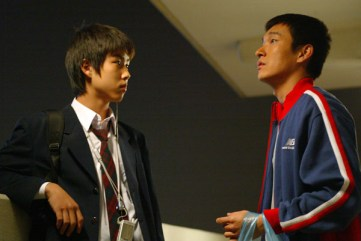 Baek Sung Hyun interpreta o papel do irmão mais novo de Cho Won que precisa lidar com a falta de atenção da mãe e os cuidados redobrados que deve ter com o irmão. Crédito: Asianwiki.