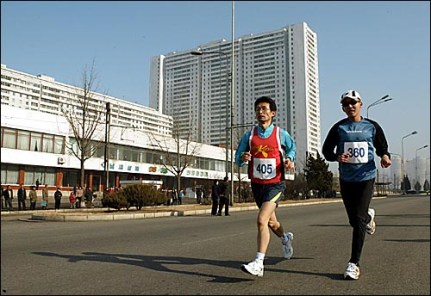 """Bae Hyung Jin, à direita, cuja história de vida foi transformada no filme intitulado """"Maratona"""", corre pelas ruas da capital norte-coreana. Crédito: http://www.ohmynews.com/"""