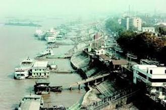 Fotografia da região de docas de Wuhan, distrito de Wuchang, ao longo do Rio Yang-Ze em 1993. Crédito: http://en.hubei.gov.cn/photo_gallery/scenery/201505/t20150508_652298.shtml