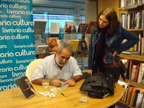 O autor Urariano Mota em sessão de autógrafos. Crédito: arquivo pessoal.