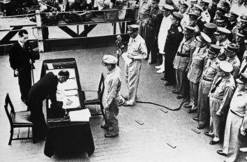 Assinatura do ato de rendição no navio norte-americano USS Missouri na Baía de Tóquio em 2 de setembro de 1945. Crédito: Sputnik.
