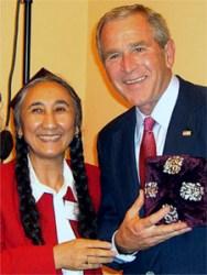 Rebiya Kadeer e George W.Bush. Crédito: reprodução Grayzone.
