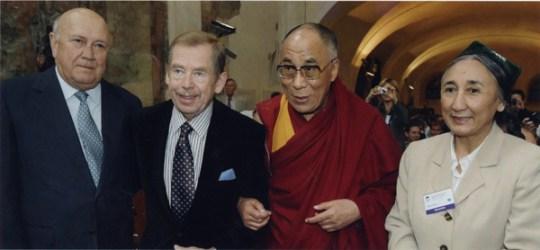 Rebiya Kadeer fotografada com Frederik Willem De Klerk, Vaclav Havel e o Dalai Lama. Crédito: reprodução Grayzone.