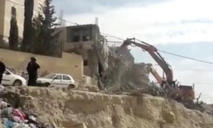 Demuelen un edificio residencial de tres pisos en el campo de refugiados de Shufat.