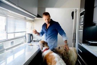 """""""Me encantan los perros grandes. Galia es una galgo rusa y Fiona es una lobero inglesa. Ambas traídas de Chile"""""""