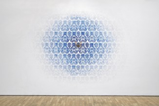Jorge Macchi. Hotel, 2007. Pintura acrílica sobre pared. Lámpara 400 × 300 × 15 cm. Cortesía del CA2M