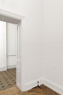 Falke Pisano, Learning in Proximity, 2015. Madera pintada, plástico. 58 x 20 x 20 cm et 68 x 68 x 34 cm. Colección privada.