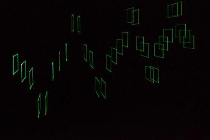 Tetralineados fluo vert, 2016 Plexiglás, nylon, motores, computador, interfaz electrónica 20 x 20 x 250 cm