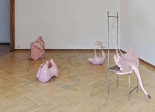 Naufus Ramírez-Figueroa Fettered Flamingos, 2017 Polysterene, epoxy resin, metal 5 Flamingos variable dimensions chair 160 x 44 x 44 cm Courtesy the artist Photo: Volker Döhne © Naufus Ramírez-Figueroa, 2017