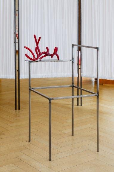 Naufus Ramírez-Figueroa Liquid Coral, 2017 (detail) fabric, metal, glass 12 room dividers each 220 x 80 cm chair 100 x 40 x 45 cm glass sculpture 37 x 23 x 14,5 cm Courtesy the artist Photo: Volker Döhne © Naufus Ramírez-Figueroa, 2017