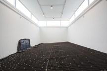 Instalación Chão de Caça de la artista Cinthia Marcelle en el Pabellón de Brasil en la 57a Bienal de Venecia. 09/05/2017 © Riccardo Tosetto / Fundação Bienal de São Paulo