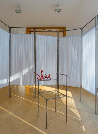 Naufus Ramírez-Figueroa Liquid Coral, 2017 installation view fabric, metal, glass 12 room dividers each 220 x 80 cm chair 100 x 40 x 45 cm glass sculpture 37 x 23 x 14,5 cm Courtesy the artist Photo: Volker Döhne © Naufus Ramírez-Figueroa, 2017