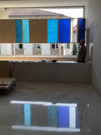 Sofía Táboas. Flujo horizontal, 2017 vidrio y madera 110x300cm. Imagen cortesía del CGAC