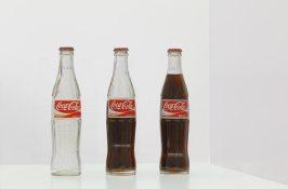Cildo Meireles, Inserções em circuitos ideológicos: 1-Projeto Coca-Cola, 1970 © The artist, Daros Latinamerica Collection, Zürich, Foto/photo: Axel Schneider