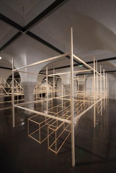 Juan Fernando Herrán, Crossing Lines [Líneas entrecruzadas]. Juan Fernando Herrán, Vista de la exposición. Cortesía del Centro de arte contemporáneo La halle des bouchers, 2017.