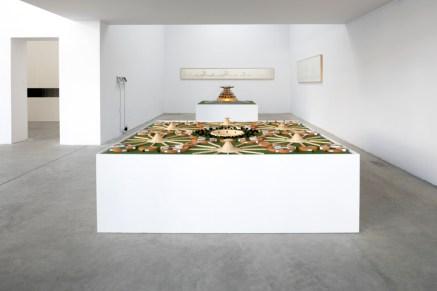 """Carlos Garaicoa, """"Campus o la Babel del conocimiento"""" (2002-2004). Exposición """"El Palacio de las Tres Historias"""", CGAC, 2018. Imagen cortesía del CGAC"""