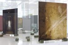 """Carlos Garaicoa, De la serie """"Fotógrafo de domingo"""" (2017). Exposición """"El Palacio de las Tres Historias"""", CGAC, 2018. Imagen cortesía del CGAC"""