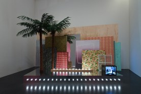 """Vistas de la exposición """"Melanie Smith. Farsa y artificio"""", 2018. Foto: Miquel Coll"""
