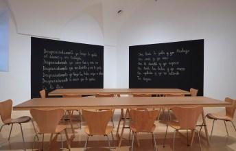 Vista de sala de la exposición Luis Camnitzer, Hospicio de utopías fallidas. Aula, 2015. Museo nacional centro de arte Reina Sofía, octubre de 2018. Archivo fotográfico del Museo Reina Sofía.