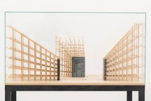 Jorge Macchi, Vanitas 02 (2018). 3 estructuras de madera, 3 libros, vela 138 x 81 x 119 cm. Cortesía GALLERIA CONTINUA, San Gimignano / Beijing / Les Moulins / Habana. Foto: Ela Bialkowska, OKNO Studio