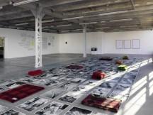 """Vista de la exposición colectiva """"des attentions"""" (cur. Brice Domingues, Catherine Guiral, Hélène Meisel), Centro de arte contemporáneo de Ivry – le Crédac, 2019. En el primer plano : Batia Suter, Nightshift (detalle), 2019. Producción : Le Crédac, con el apoyo del Mondriaan Fund. Foto : André Morin / le Crédac."""