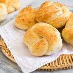 Pan de ajo y parmesano – garlic knots
