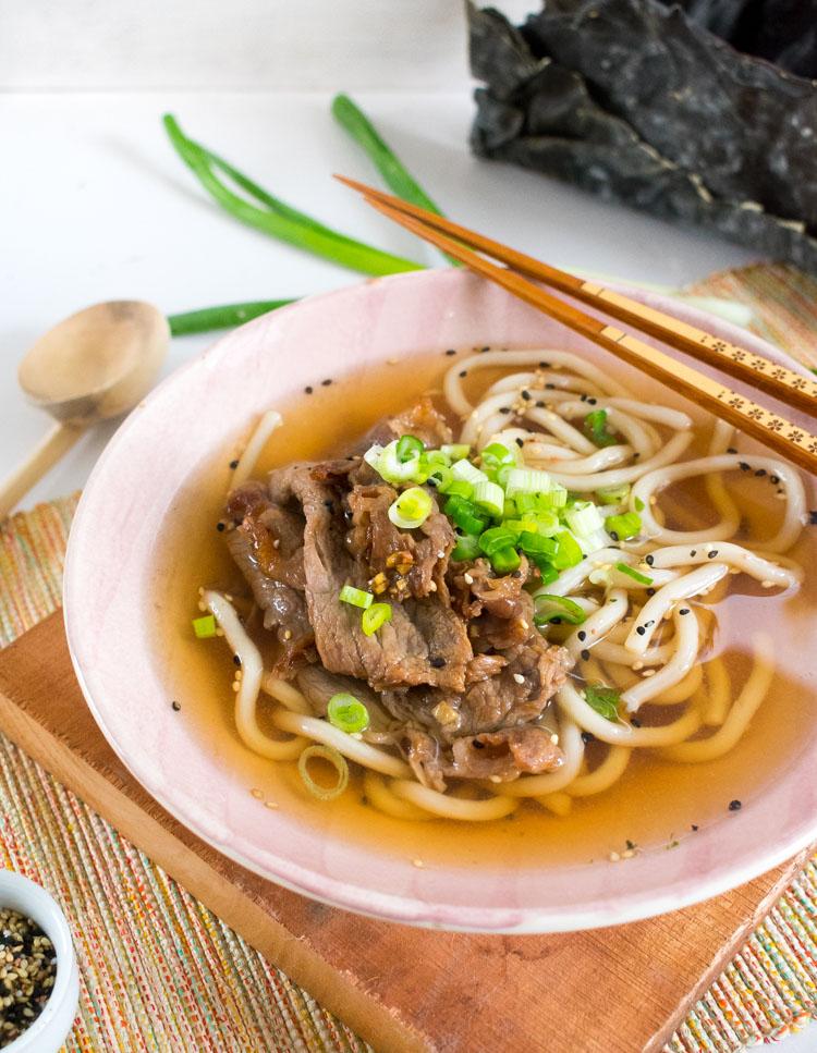 Sopa udon con rib eye, version casera