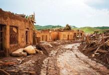Bento Rodrigues coberta com lama da barragem - Foto: Romerito Pontes/Wikimedia