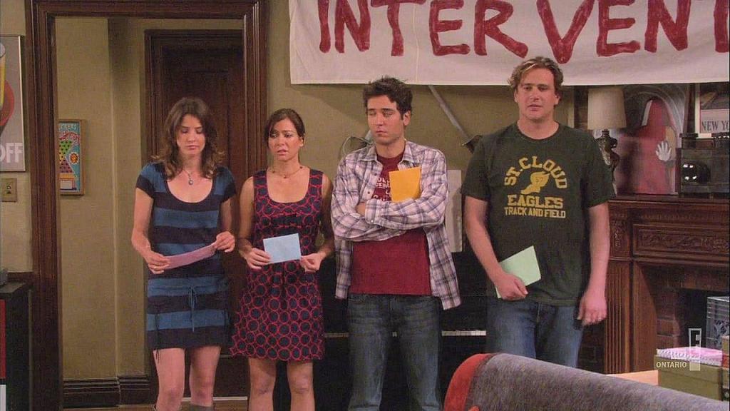 """Robin, Lily, Ted e Marshall fazendo uma """"intervenção"""" para Barney, uma ação tradicional entre os amigos quando a maioria do grupo decide que um deles está passando dos limites e tomando atitudes equivocadas."""