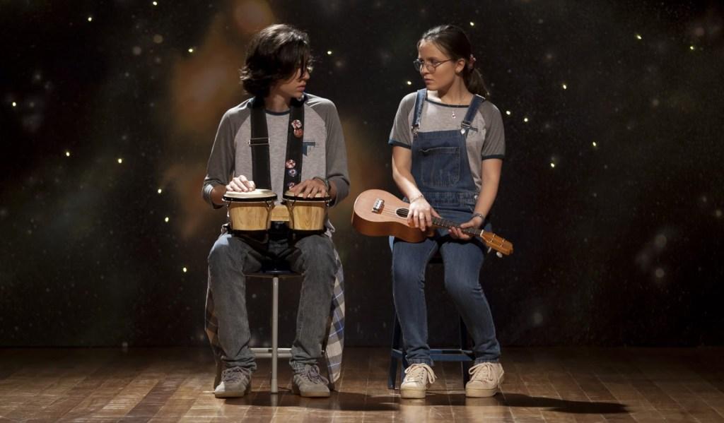 Bruno e Bia se preparam para uma apresentação no colégio