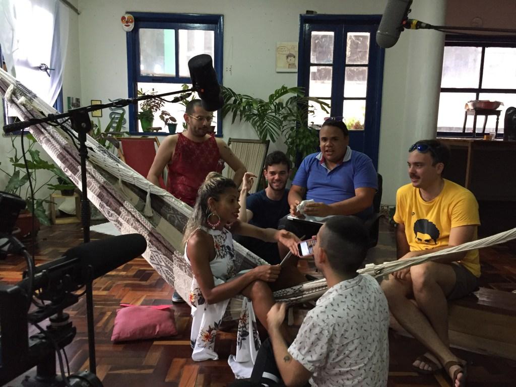 """[Leona e Paulo leem o roteiro de """"Leona 4"""" junto com Rodrigo, Fábio, André e Chico."""