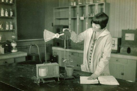 Student performing botany experiment, The University of Iowa, 1920s.https://flic.kr/p/dg6XDb