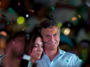 El candidato presidencial de la oposición Mauricio Macri abraza a la gobernadora electa de Buenos Aires María Eugenia Vidal durante una reunión en Buenos Aires, Argentina, el miércoles 21 de octubre de 2015. (Foto AP/Natacha Pisarenko)