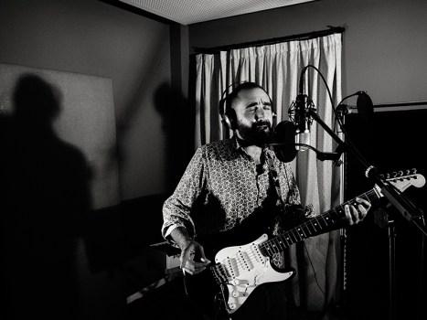 Ramón Rey canta, compón e toca a guitarra no grupo. Foto: Iván Barreiro.