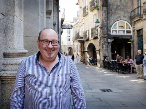 Alfonso Moldes, na rúa do Vilar, onde abre o seu novo negocio: a Taberna A Fuego Lento. Foto: Iván Barreiro