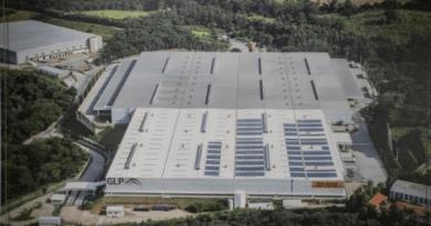 Usina solar em instalação logística
