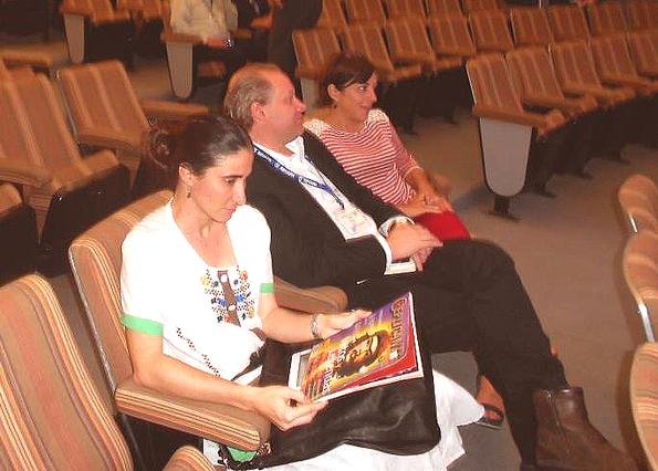 Yoani Sánchez con un ejemplar de 2009 de Replicante. Foto © Eloy R. Linares.