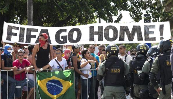 Manifestación cerca del estadio Castelao, el día del partido entre España e Italia, en Fortaleza. Foto © REUTERS / Davi Pinheiro.