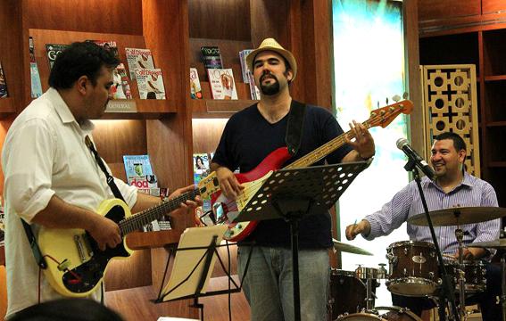 Al centro, Daniel Herrera con su trío de jazz.