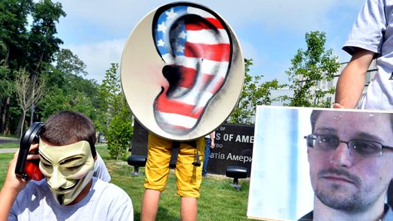 Protesta frente a la embajada estadounidense en Kiev el pasado 27 de junio, contra la violación de la privacidad y a favor de Snowden. AFP Photo.