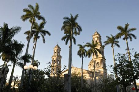 La catedral de Tampico y Plaza de Armas.