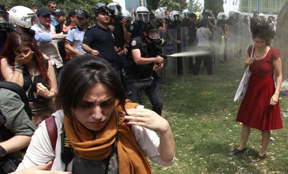 Policía turca arroja gas contra los manifestantes, 28 de mayo. REUTERS/Osman Orsal.