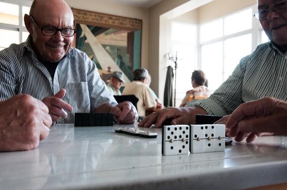 José Chouciño juega al dominó e la Casa do Pescador de Malpica, © Silvia Mella