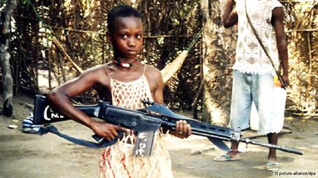 Niña soldado en Sierra Leona, a principios del 2000.
