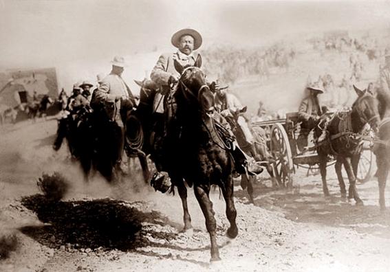 Pancho Villa actuando para las cámaras de la compañía fílmica estadounidense Mutual.