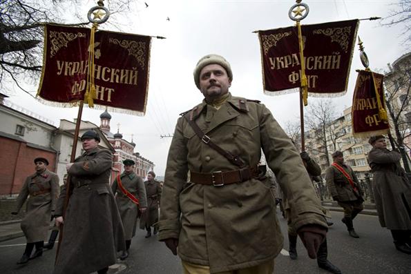 Simpatizantes ruso-ucranianos del Kremlin, ataviados con uniformes de la II Guerra Mundial. Las pancartas dicen Frente Ucraniano; 2 de marzo de 2014. Foto © www.winnipegfreepress.com