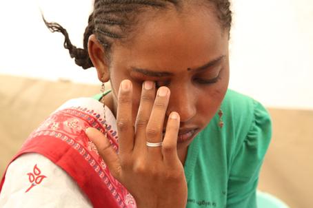 """Alima tiene 25 años. Fue apuñalada en la RCA. """"No vi quién me hizo esto."""" Su familia huyó hacia el norte de Camerún, pero ella no pudo seguir debido a sus lesiones. Se encuentra hoy en día sola en Garoua-Boulaï. © Laurence Hoenig/MSF"""